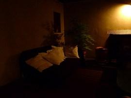 夜のテラスにソファ